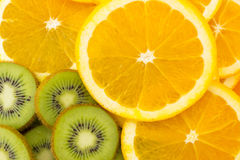 Muitas fatias de fruto de quivi e fruto alaranjado, quivis frescos e oran Fotos de Stock Royalty Free