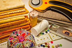 Muitas ferramentas para retalhos no amarelo Imagem de Stock