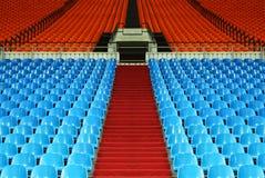 Muitas fileiras de assentos plásticos vazios no estádio Imagens de Stock