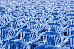 Muitas fileiras de cadeiras pastic azuis Imagem de Stock Royalty Free