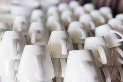 Muitas fileiras de copos de café branco puros Foto de Stock Royalty Free