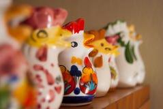 Muitas galinhas no produto de cerâmica vitrificado alinhado imagem de stock royalty free