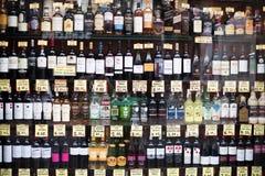 Muitas garrafas com o alchocol na exposição da loja Fotos de Stock
