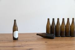Muitas garrafas de cerveja marrons vazias em uma tabela de madeira imagens de stock royalty free