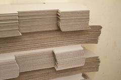 Muitas grandes pilhas de papel marrom na perspectiva dos materiais reciclados imagem de stock royalty free