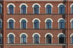 Muitas janelas iguais da fábrica Fotografia de Stock Royalty Free