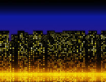 Muitas janelas iluminadas do casas na noite Imagens de Stock Royalty Free