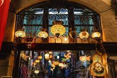 Muitas lâmpadas bonitas que penduram do teto na lembrança foto de stock royalty free