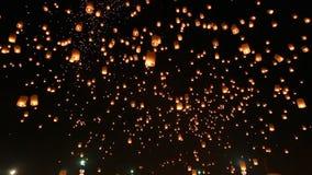 Muitas lanternas do céu que flutuam no festival de Loi Krathong de Chiang Mai Thailand 2014