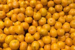 Muitas laranjas no mercado Fotos de Stock