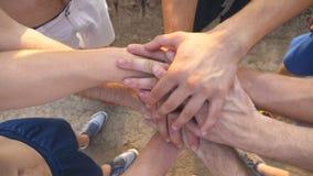 Muitas mãos do homem que reunem Equipe dos atletas que unem os braços exteriores Mãos de junta do grupo de pessoas junto video estoque