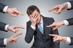 Muitas mãos estão apontando no homem e responsabilizam-no Fotografia de Stock Royalty Free