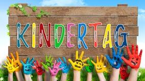 Muitas mãos pintadas das crianças com smiley e o ` do dia das crianças felizes do ` da mensagem Imagem de Stock Royalty Free