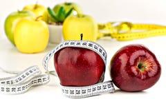Muitas maçãs maduras e uma fita métrica Fotos de Stock Royalty Free