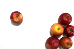 Muitas maçãs maduras Isolado no fundo branco Fotos de Stock