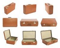 Muitas malas de viagem velhas no branco imagens de stock