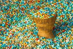 Muitas medicinas coloridas expiram no pacote de bambu da cesta de weave Imagem de Stock
