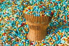 Muitas medicinas coloridas expiram no pacote de bambu da cesta de weave Imagens de Stock Royalty Free