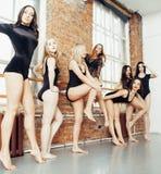 Muitas meninas que treinam no bailado do estúdio, apoio 'sexy' dos pés longos da mulher, bodysuit preto sexual vestindo Fotografia de Stock