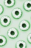 Muitas mentiras plásticas pequenas dos anéis de espuma em um fundo colorido pastel Teste padrão mínimo colocado plano Vista super ilustração royalty free