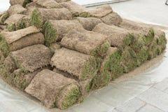 Muitas mentiras roladas da grama em um montão, preparado ajardinando fotografia de stock