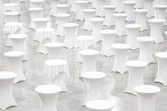 Muitas mesas redondas brancas, conceito da celebração, conceito do banquete, conceito da conferência, fundo da textura, vazio Fotografia de Stock Royalty Free