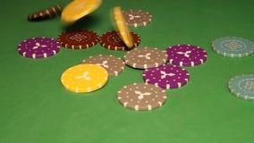 Muitas microplaquetas de póquer Fundo verde filme