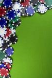 Muitas microplaquetas de póquer na tabela do casino Foto de Stock