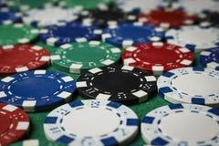 Muitas microplaquetas de pôquer na tabela Fotos de Stock