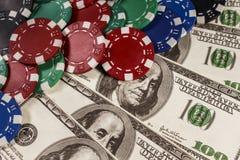 Muitas microplaquetas de pôquer nos dólares Imagem de Stock Royalty Free