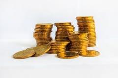 Muitas moedas com terra da parte traseira do branco Imagens de Stock Royalty Free