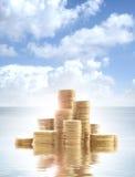 Muitas moedas de ouro que estão na água Fotos de Stock Royalty Free