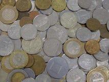 Muitas moedas de pa?ses diferentes imagem de stock royalty free