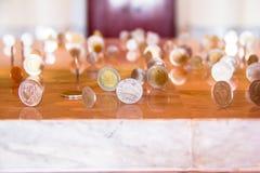 Muitas moedas de prata estão ajustando-se no assoalho Imagens de Stock Royalty Free