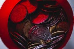muitas moedas de um centavo sujas velhas moedas de um centavo de bronze e de cobre dispersadas no Imagem de Stock
