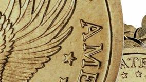Muitas moedas do dólar no fundo branco video estoque