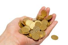 Muitas moedas em uma mão. foto de stock