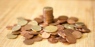 Muitas moedas em uma pilha Fotos de Stock Royalty Free