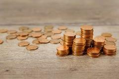 Muitas moedas na tabela de madeira fotografia de stock