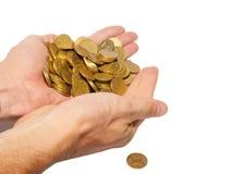 Muitas moedas nas mãos colocadas. fotos de stock