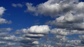 Muitas nuvens brancas movem-se pelo céu azul no dia ensolarado Lapso de tempo filme