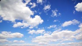 Muitas nuvens no céu video estoque