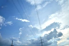 Muitas nuvens no céu azul brilhante Foto de Stock Royalty Free