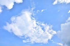 Muitas nuvens no céu azul brilhante Fotos de Stock
