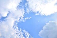Muitas nuvens no céu azul brilhante Imagem de Stock