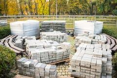 Muitas páletes de madeira com pavimentos são envolvidas no foi plástico imagem de stock royalty free