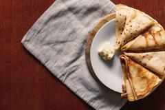 Muitas panquecas em uma placa Na mesa de cozinha Maslenitsa Vista superior Fotos de Stock Royalty Free