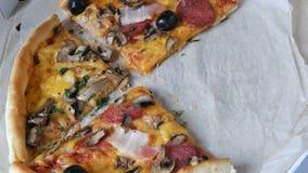 Muitas partes da pizza com enchimentos diferentes, azeitonas, galinha, cogumelos, queijo, bacon, salame, verdes Parte de vídeos de arquivo