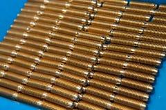 Muitas peças de metal com linha Produção de giro Uma pilha de detalhes pequenos Imagens de Stock Royalty Free