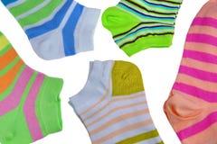 Muitas peúgas listradas coloridas dos pares isoladas no branco Fotos de Stock Royalty Free